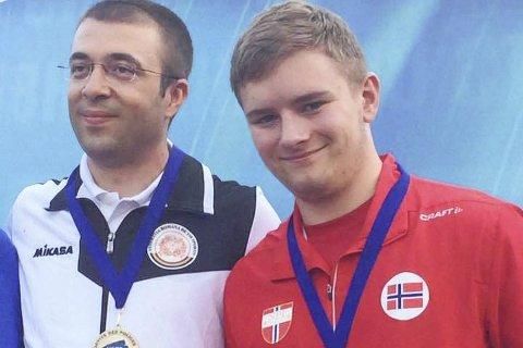 Medaljevinner: Erling Solberg, med det norske flagget på brystet, står her på seierspallen under politi-EM i Russland. Til venstre vinneren Alin Moldoveanu fra Romania, som vant OL-gull i London i 2012.