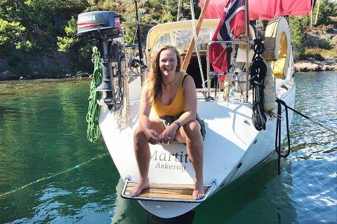 Unge Johanna Marcussen har vært en ivrig seiler i mange år, og har nå denne båten, som hun har oppkalt etter sin bestemor i Tvedestrand, Martita Marcussen. Privat foto