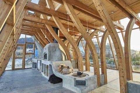 Skulpturelt bygg: Bœrekonstruksjonen er inspirert av skroget på en Colin Archer skøyte, og består av 30 forskjellig bøyde spanter, hvorav hver spant er laminert av 25 dampbøyde lameller.
