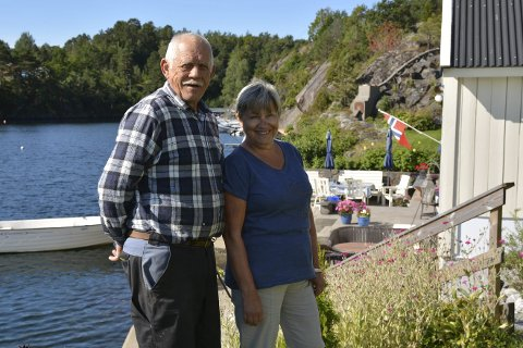 Beholder idyllen: Ekteparet Anne Grethe og John Tore Solheim foran båthuset som naboen klaget på over 30 år etter at det sto ferdig.                   Foto: Olav Loftesnes