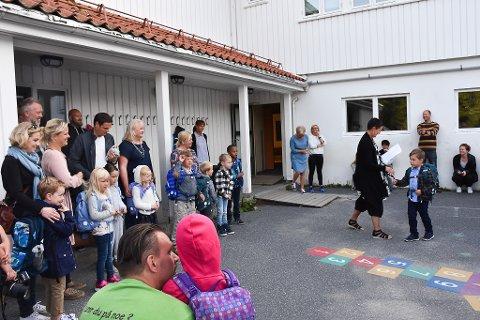 Jonas og alle førsteklassingene blir tatt høytidelig imot av Eva Møllergaard.