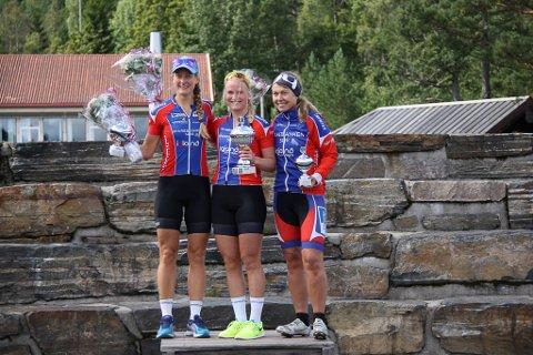 Ingvild Brattekleiv, i midten, vant suverent i dameklassen, lang løype. Her er hun flankert av Merethe Gabrielsen, som tok andreplassen, og Renate Heen, som tok tredjeplassen. Foto: Svein Brattekleiv.