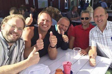 Kjepptrekkerne:  Her har de vunnet en quiz på Sandøya. Laget bestod da av Dag Reidar Fauglied (f.v.), Ole André Johnsen, Anders Rødland, Tengel Arnt Hagestad og Einar Johnsen. Privat foto.