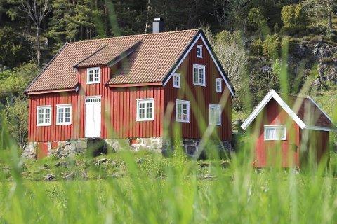 Gården: Her er gården som årets deltakere i Farmen skal drive. Eiendommen ligger i Sandvika på Flosterøya, ikke langt fra Narestø. I forbindelse med Farmen-produksjonen er det skjedd store endringer på eiendommen. Blant annet er huset malt hvitt. Foto: TV 2