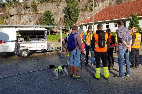 Frivillige og folk fra Røde Kors og Norsk Folkehjelp leter etter den savnede 22-åringen.