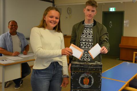 Anne Myhre og Truls Kolstad avgir sine stemmer til skolevalget 2017. I bakgrunnen lærer Ole André Johnsen.