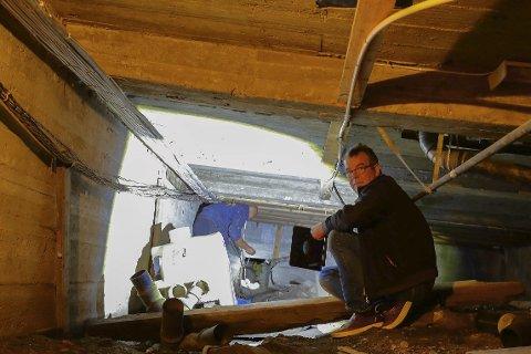 Under rådhuset: Lars Tore Mesel sjekker tilstandene mens Morten H. Storm sørger for lys. Under den gamle bystyresalen fant de store skader i bærekonstruksjonen. Foto: Atle Goutbeek