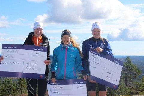 Lucia Phillip (i midten) sammen med sine nærmeste konkurrenter i Havrefjell opp, Mariann A. Roe fra Skarphedin og Brita Cecilie Mustad fra Langesund Tri. Foto: Felle IL.