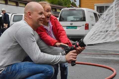 Olivia (4) og pappa Taras hadde det cirka like gøy på Åpen brannstasjon.