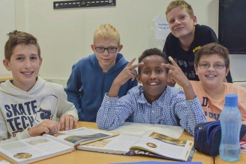 Hjelper hverandre: Aleksander, Eivind, Abdiwahab, Tomas og Christoffer har fått unna samfunnsfag og KRLE.