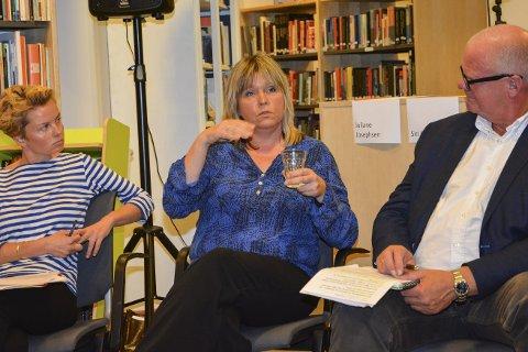 Bibliotekmøte: Både gründer og Sandøya-beboer Juliane Josephsen og kommunikasjonsrådgiver Siri Fossing kom med klare meldinger til ordfører Jan Dukene. foto: marianne drivdal