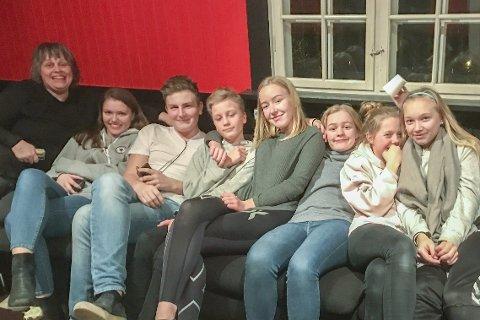 Fritidsklubben: Line, Malin, Andreas, Ole Martin, Helene, Emilie, Hedda og Ruta har slengt seg i sofaen.arkivfoto