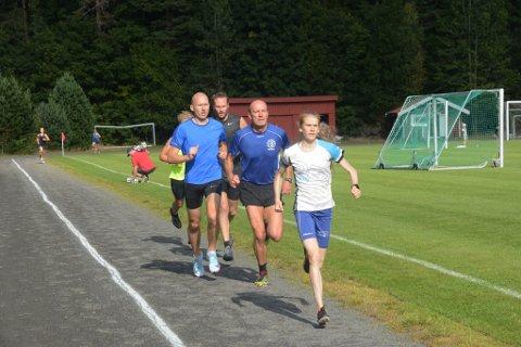 Lucia Phillip er her i teten etter et par runder på 3.000 meteren, foran spreke mannfolk som Kåre Ulevåg, Hans Einar Danielsen og Erik Solfjeld. Men Lucia ristet dem av seg, alle sammen.