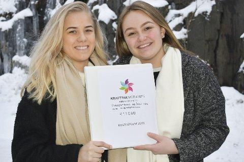 KLare for aksjon: Marta Langemyr og Helene Heggelund Knutsen steker vafler på Grisen og Eurospar  til onsdag.