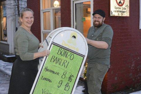 Bytter roller: May Zwilgmeyer selger Bonzo bakeri til Erlend Myhren, som har vært vikar siden påsketider i fjor. foto: marianne drivdal