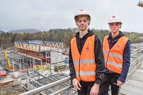 Rektor Line Marie Poppe og elevene Sindre Bodin og Simon Arneberg vises rundt på Mjåvann av byggherreombud Vegard Torkelsen.