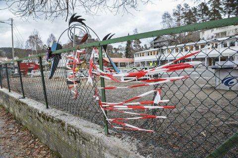 «Reparasjon»: Slik ble hullene i nettinggjerdet «fikset» etter at en elev fikk en øyeskade her.