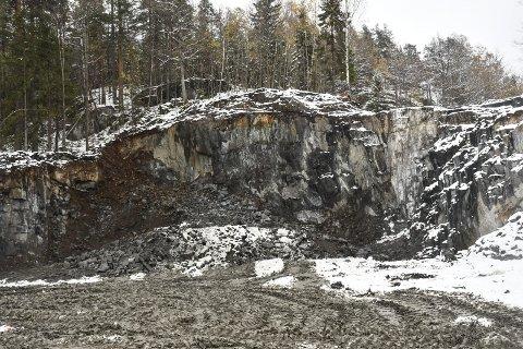 Sveiningen: Det er blitt en flere meter høy skjæring etter den ulovlige sprengningen. Arkivfoto
