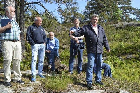 Her er politikerne i teknikk, plan og naturkomiteen på befaring i Askerøybukta i 2017. Bertrand Marcussen forklarer om parsellen han vil fradele og bebygge med fritidsbolig. Arkivfoto