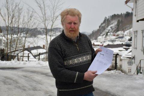 Jan Monrad med beslutningen fra Agder lagmannsrett som gir ham en ny rettslig behandling av veistriden i Åstø.