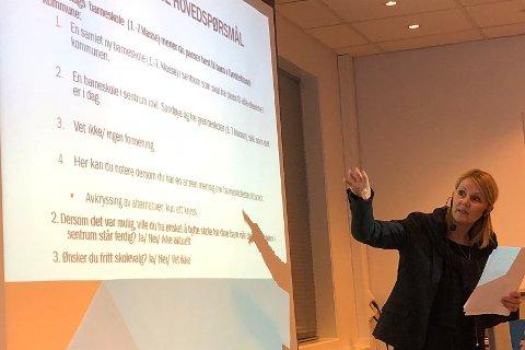 Økonomisjef Beate Pettersson la frem status i spørreundersøkelsen kommunestyret har bestilt angående skolestrukturen.