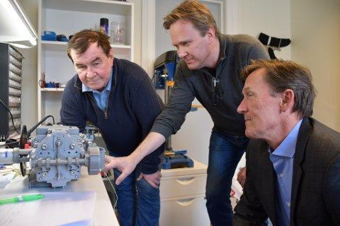 Hilberg Karoliussen, Hans Wettergreen og Svein Aaser med prototypen av den revolusjonerende motoren.