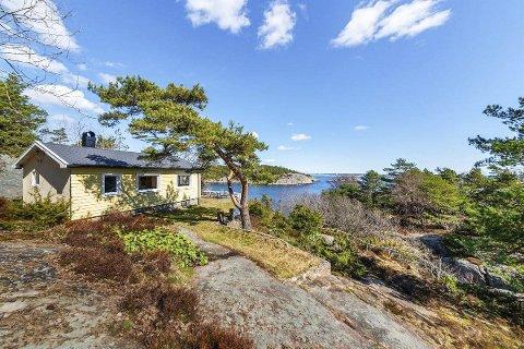 Gode solforhold: Hytta ligger vakkert til utenfor Kilsund med panoramautsikt ut mot havet. Foto: Sørmegleren