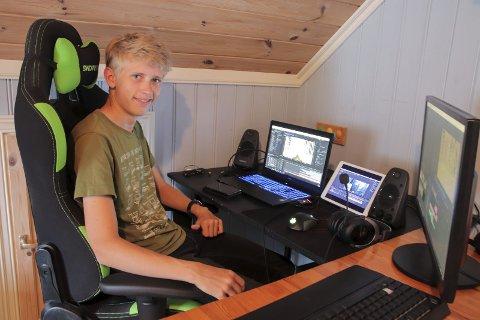 Arbeidsrom: Eivind Due-Tønnessen har rigget til et rom hjemme med det datautstyret han trenger for å redigere filmer. Privat foto