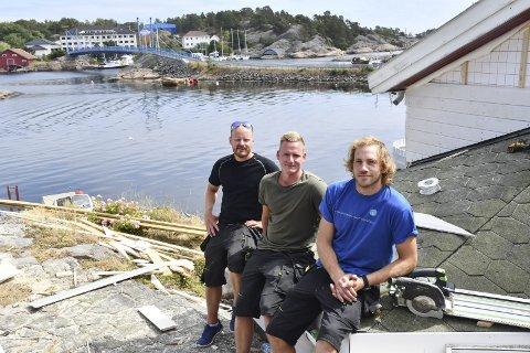 Fin utsikt: Alf Anders Frydendal (foran) jobber sammen med Tor Asbjørn Tveit og Espen Tveit, og de har hatt flere oppdrag på hytter ved Rotaveien ut mot Risøya i år. Foto: Øystein K. Darbo