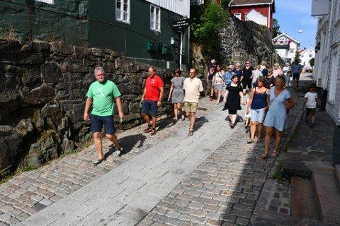 Upåklagelig interesse for torsdagens byvandring med Jan Ove Aslaksen.