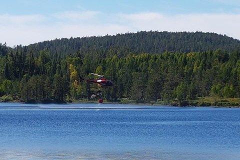 Her henter helikopteret vann ved Råna. Foto: Marita Lunner