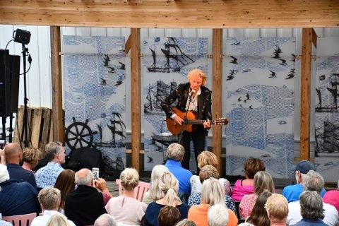 Jan Eggum holdt publikum i ånde på lørdagens konsert i Museumshaven.