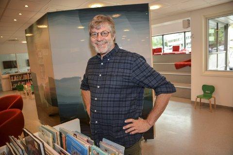 Skjer mye: Peter Svalheim har fått sving på biblioteket i Tvedestrand. Nå skal han besette tre prosjektstillinger.