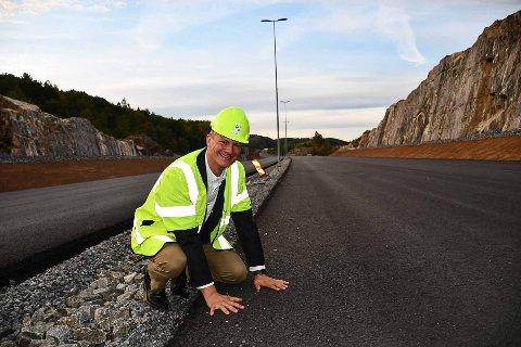 Ketil Solvik-Olsen kunne for første gang få gå på asfalt på den nye motorveien. Bildet er tatt nær Vennevann med Grenstøl-området i bakgrunnen.