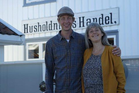 Jobber og bor på butikken: Per Gunnar Pedersen og Siv Senneset bor over butikken med sine to små barn i Lyngør. De driver både butikk og uterestaurant.