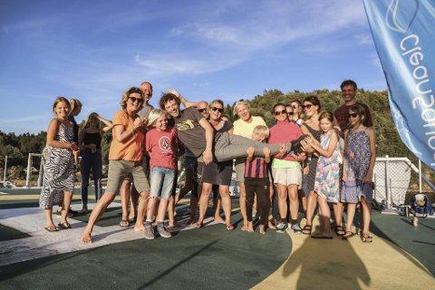 Unik opplevelse: Strandrydderne fikk en intimkonsert med Jarle Bernhoft som belønning etter innsatsen. Her blir artisten, som er sønn til kulturskolerektor Kari Bernhoft, løftet opp av strandrydderne. Foto: Clean Sounds