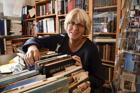 Fornøyd bokbyleder: Daglig leder i Bokbyen, Solveig Røvik, tror den fabelaktige sommeren har hatt mye å si for det gode salget av brukte bøker i sommer. - Folk har kost seg, ruslet rundt i byen, og kjøpt med seg bøker, sier hun. Foto: Marianne Drivdal