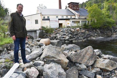 Liker ikke åleklippingen: Kay Henning Holum synes det er et trist syn med alle de istykkerklipte ålene rundt kraftverket på Fosstveit. Foto: Anne Dehli