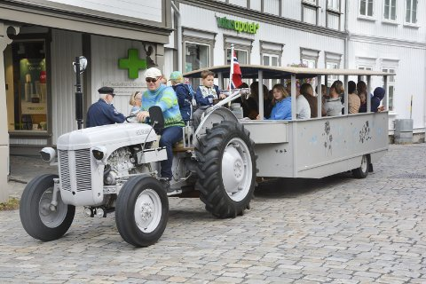 Populær traktor: Gråtass er klar for å ta folk med på sightseeing i Tvedestrands brosteinsbelagte gater.