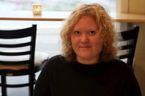 Bor i bokbyen: Det var ikke nødvendigvis bøkene som lokket Anne Helene Guddal til Tvedestrand. Men hun liker at de er der. Det siste året har hun bodd midt i byen, og hun liker at den ikke er så stor. Foto: Siri Fossing