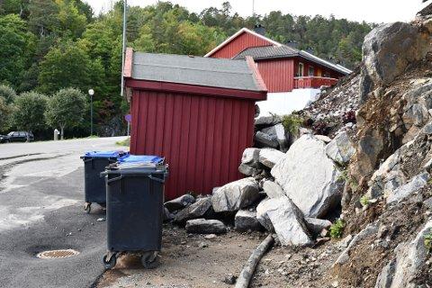 Flere store steinblokker har rast ut, og skjøvet pumpehuset ut i veien.