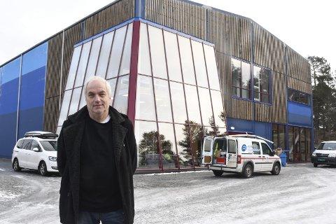 Ny hall: Rektor Per Kristiansen ved nye den flerbrukshallen som elevene på Risøy Folkehøyskole nettopp har tatt i bruk. Foto: Øystein K. Darbo