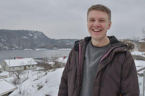 Hjemme på Krana: Sverre Tobias Dukene kan ikke trives uten sjøutsikt. Han har også båtplass like nedenfor huset.Foto: M. Urdahl