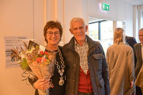 Per B. Marcussen var en av mange gratulanter på kommunehuset tirsdag. Marcussen gikk av som ordfører i Tvedestrand i 1983, og var den siste Høyre-ordføreren i kommunen før Marianne Landaas kunne overta klubba i dag.