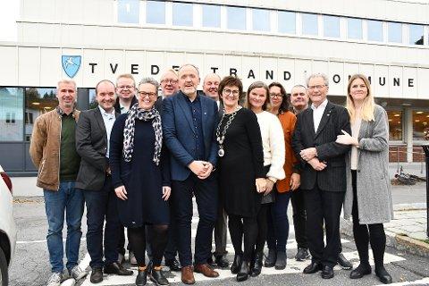 Disse 13 skal sette den politiske plattformen ut i livet: Fv Anders Oppegaard (V), Øystein Haugenes (H), Yngve Monrad (FrP), June Marcussen (V), Birger Eggen (H), Vidar Engh (Ap), Einar Johansen (H), Marianne Landaas (H), Monica Güttrup (Ap), Line Margrethe Skavnes (Ap), Tore Ustad (Ap), Arne Bjørnstad (H) og Gunhild Lunde-Lahiff (Ap).