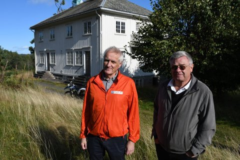 Torstein Johansen fra Raadhuset Eiendomsmegling og bobestyrer Bent Moland sørget for salget av de to gårdseiendommene etter Maj Svalastog. Her er de på Myre-eiendommen som ble solgt for 6 millioner kroner. Arkivfoto