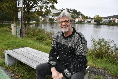 Bokbyens far: Biblioteksjef Peter Svalheim var helt sentral i oppstarten av Bokbyen Tvedestrand i 2001. I 2009 trakk han seg ut av Bokbyen, men i 2016 fikk han en annen sentral rolle knyttet til bøker i Tvedestrand - denne gangen som biblioteksjef. Han synes det er trist det som nå skjer i Bokbyen, men han håper likevel detet innebærer en ny start for hele prosjektet bokby. Foto: Siri Fossing