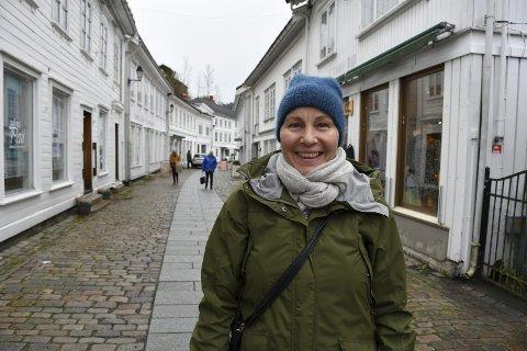 Vi vokser ikke  på trær: To ganger har Cecilie reist til Oslo for å fjerne svulst i hodet. Nå skal hun delta i et norsk-svensk forskningsprosjekt for å se om antabus hjelper mot kreft. Tre kurer skal hun ha. - Først en uke med cellegift, så tre uker uten. Men antasbus skal jeg ta hele tiden. Alt er i tablettform, forteller hun.    Foto: Siri Fossing