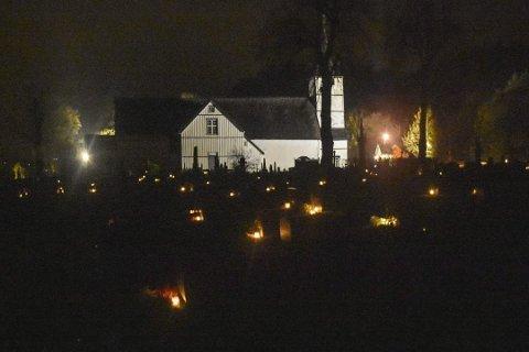 Det ble tent mange lys her på kirkegården i Holt på allehelgensdag i fjor. Foto: Knut Holt Sandblost