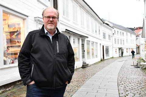 Svein Damsgård mener byen fortjener noe bedre enn det som står der i dag. Bygget til høyre for ham, er kjent som Glassmagasinet. Det lille bygget bortenfor, følger også med.